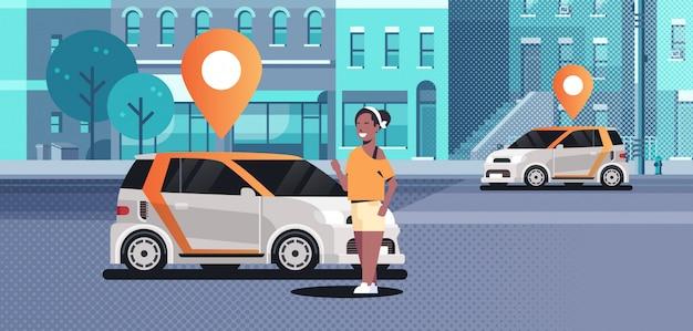 Carros com pino de localização na estrada, ordenando on-line táxi, compartilhando o conceito de transporte móvel, mulher usando o serviço de compartilhamento de carro moderno cidade rua paisagem urbana de fundo horizontal