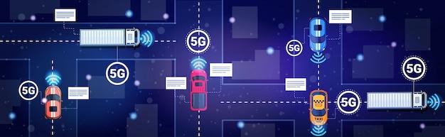 Carros diferentes no tráfego rodoviário conceito de conexão de sistemas sem fio on-line 5g