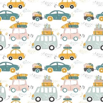 Carros urbanos em estilo de desenho animado indo para o mar com bagagens e pranchas de surf patte de férias de verão