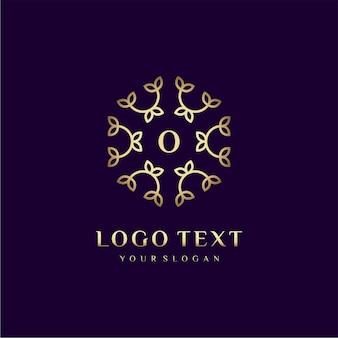 Carta de design de conceito de logotipo de luxo (o) para sua marca com decoração floral