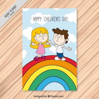 Cartão agradável de crianças felizes em um arco-íris