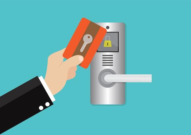 Cartão-chave na mão homem para destravar maçaneta da porta