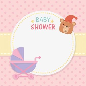 Cartão circular de chuveiro de bebê com ursinho de pelúcia no carrinho de bebê