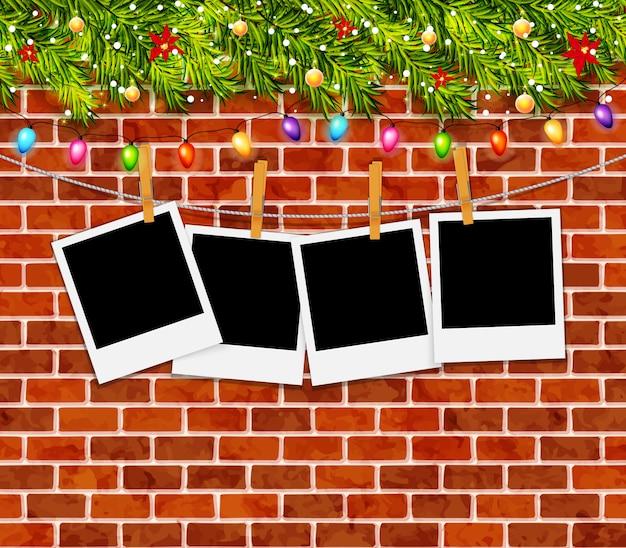 Cartão com galhos de árvores de natal, guirlandas e parede de tijolo