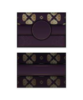 Cartão cor de vinho com ornamento de mandala de ouro para seu projeto.