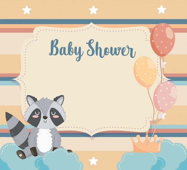 Cartão de animal guaxinim com balões e nuvens