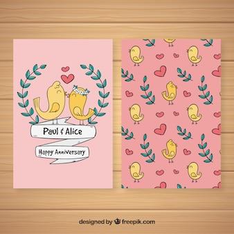 Cartão de aniversário de casamento com pássaros bonitos em estilo desenhado à mão