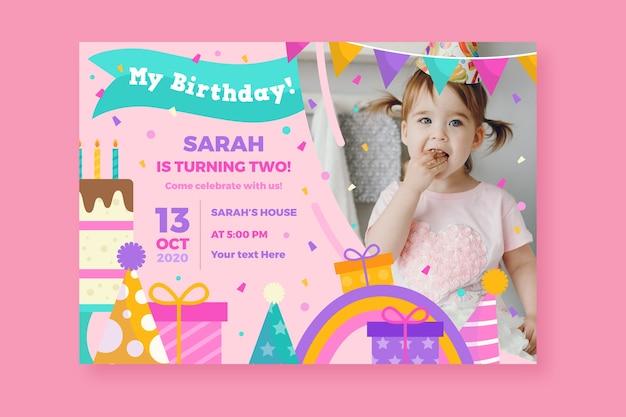 Cartão de aniversário infantil com linda garota e presentes