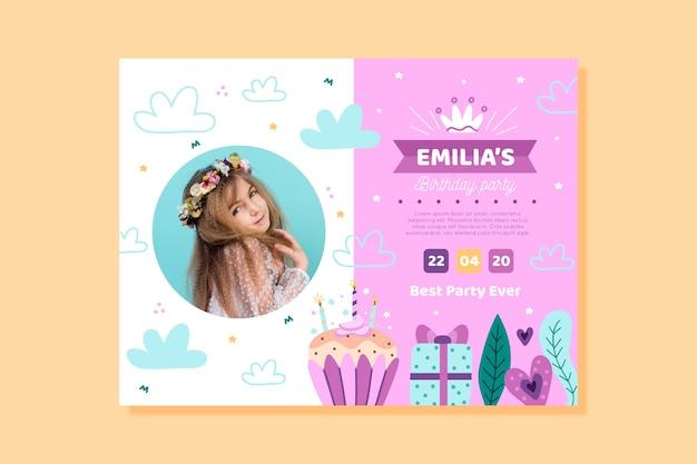 Cartão de aniversário infantil com menina pequena
