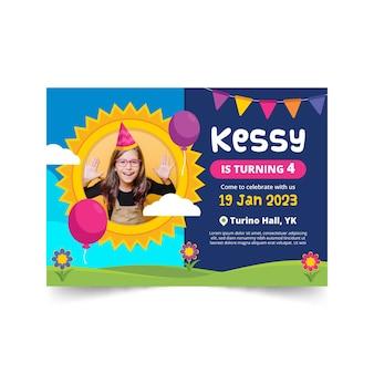 Cartão de aniversário infantil com menina sendo feliz