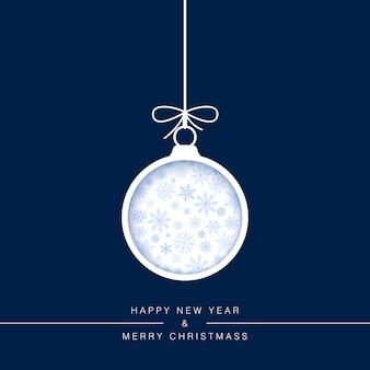 Cartão de ano novo. corte uma bola de natal de papel em um fundo azul com flocos de neve. elemento de decoração do feriado.