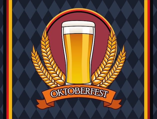 Cartão de celebração da oktoberfest com bebida de cerveja em copo
