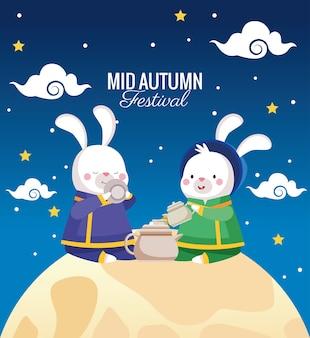 Cartão de celebração do meio do outono com casal de coelhos em cena de lua cheia
