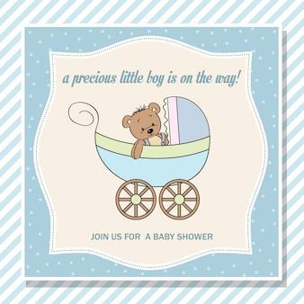 Cartão de chuveiro bebê menino com carrinho e ursinho de pelúcia