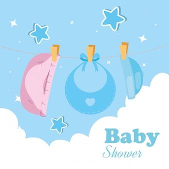 Cartão de chuveiro de bebê com roupas penduradas e decoração ilustração