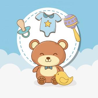 Cartão de chuveiro de bebê com ursinho de pelúcia e acessórios