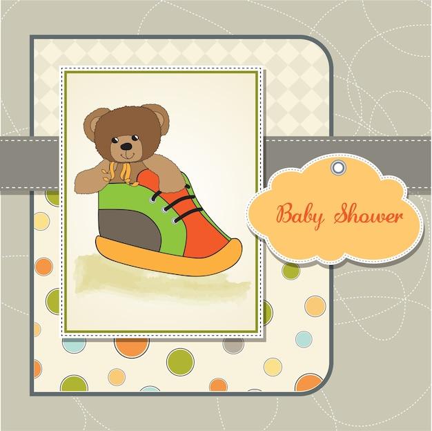 Cartão de chuveiro de bebê com ursinho escondido em um sapato