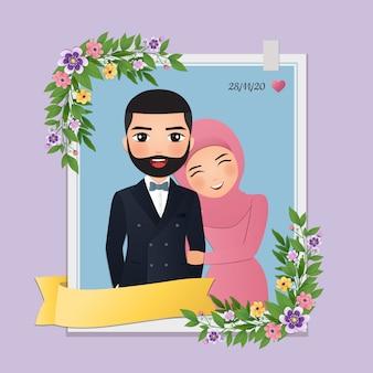 Cartão de convite de casamento a noiva e o noivo casal muçulmano bonito dos desenhos animados