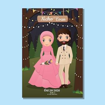 Cartão de convite de casamento dos desenhos animados de casal muçulmano bonito de noiva e noivo com fundo bonito paisagem