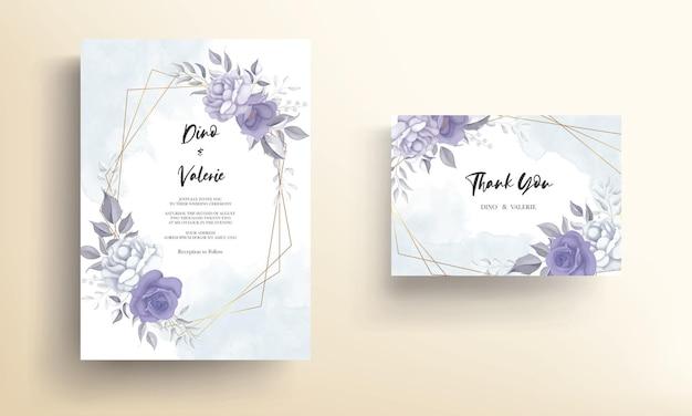 Cartão de convite de casamento moderno com bela decoração de flor roxa