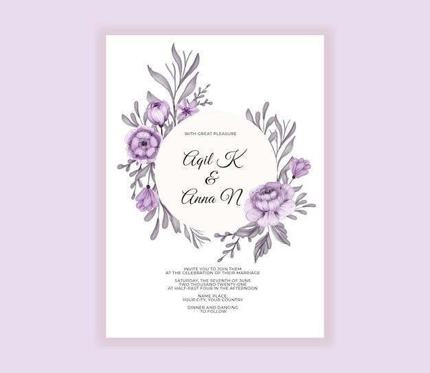 Cartão de convite de casamento moderno com lindas flores roxas
