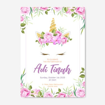 Cartão de convite de unicórnio com grinalda floral e glitter dourado