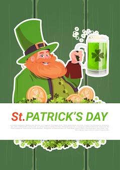 Cartão de dia de st. patricks com leprechaun bebendo cerveja no fundo de madeira verde