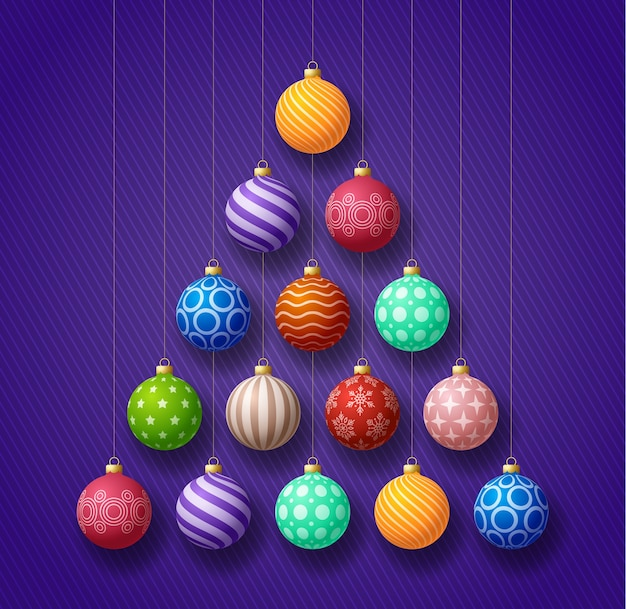 Cartão de felicitações de natal e ano novo. árvore de natal criativa feita por bolas coloridas brilhantes sobre fundo roxo para a celebração do natal e ano novo.