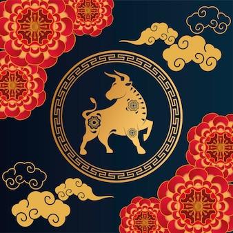 Cartão de feliz ano novo chinês com ilustração de boi dourado e laços vermelhos