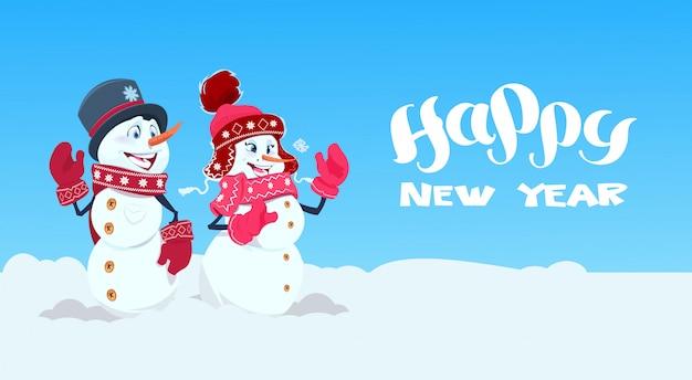 Cartão de feliz ano novo com dois boneco de neve vestindo chapéu de inverno e decoração de férias de cachecol