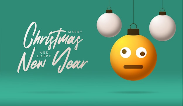 Cartão de feliz natal com cara de emoji sorriso confuso tonto. ilustração vetorial em estilo simples com letras de natal e emoção na bola de natal pendurada no fio no fundo