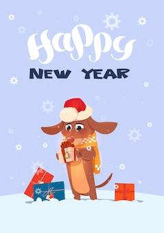 Cartão de férias de inverno cachorro com chapéu de papai noel segurando apresenta sobre fundo de flocos de neve