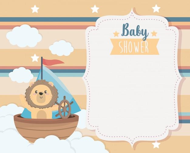 Cartão de giro leão no navio e nuvens