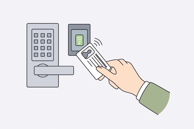 Cartão de identificação de segurança e conceito de segurança. mão humana segurando um cartão de identificação com informações pessoais perto de uma fechadura eletrônica abrindo a ilustração vetorial de porta