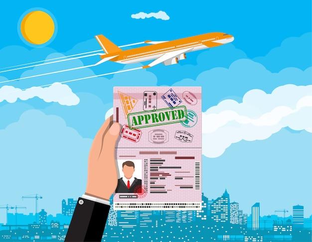 Cartão de identificação na mão. avião e paisagem urbana