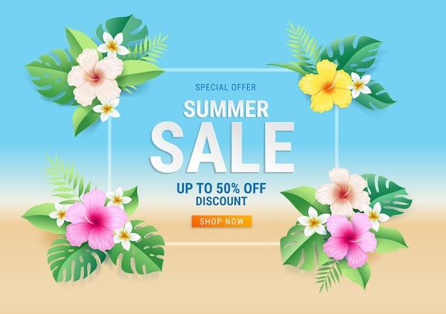 Cartão de liquidação de verão com flores de hibisco em folha tropical no fundo da praia