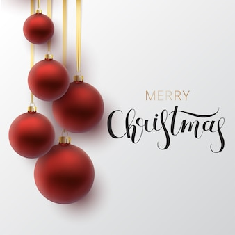Cartão de natal. bola vermelha de natal, com um ornamento e lantejoulas. letras de mão desenhada.