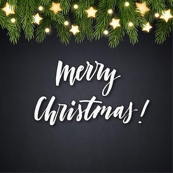 Cartão de natal com brunches de árvore do abeto, estrelas brilhantes, guirlanda de lâmpada e letras de mão.
