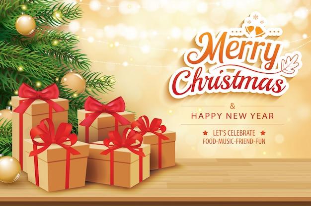 Cartão de natal com caixas de presentes na mesa e árvore