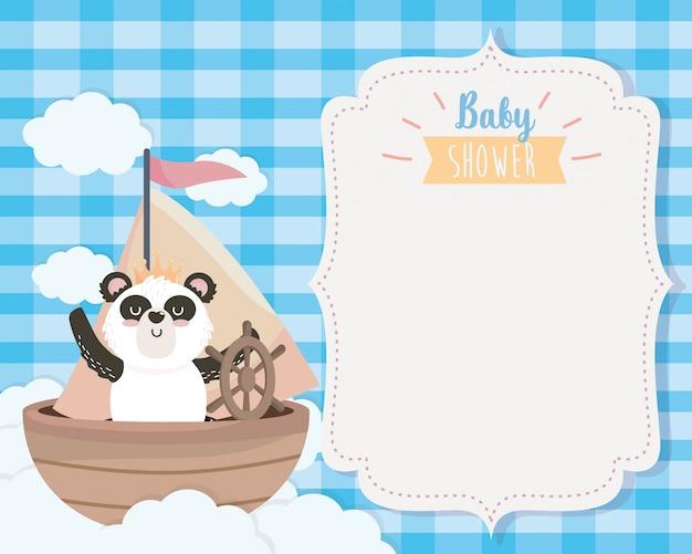 Cartão de panda bonito no navio e nuvens