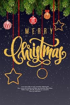 Cartão de presente de feriado com letras douradas de letras do feliz natal e bolas de natal, galhos de árvores de abeto