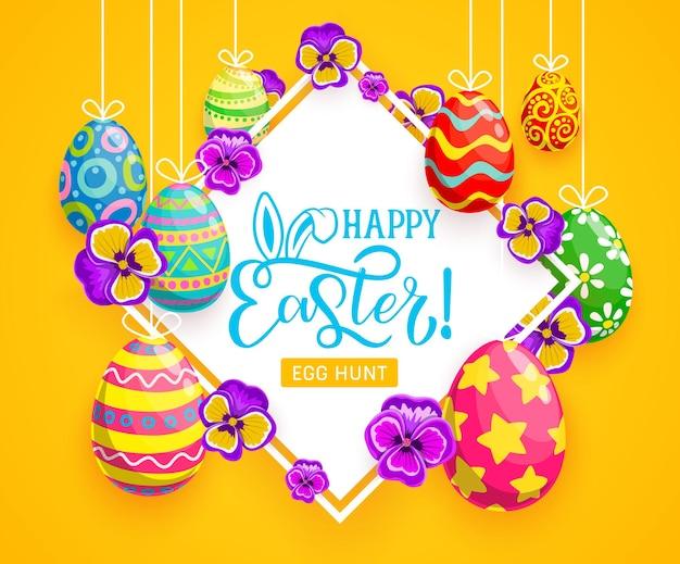 Cartão de saudação para caça aos ovos de páscoa com ovos de páscoa pendurados com enfeites pintados e orelhas de coelho ou coelho