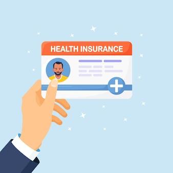 Cartão de seguro médico em mãos. proteção de saúde e vida de pessoas com documento de seguro. serviços de saúde e médicos