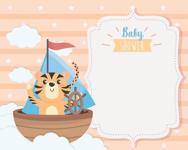 Cartão de tigre fofo no navio e nuvens