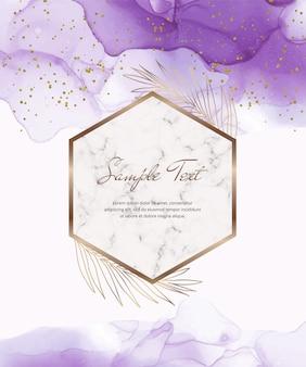 Cartão de tinta de álcool roxo com molduras de mármore geométricas e folhas, confetes.