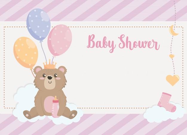Cartão de urso de pelúcia com decoração de coroa e balões