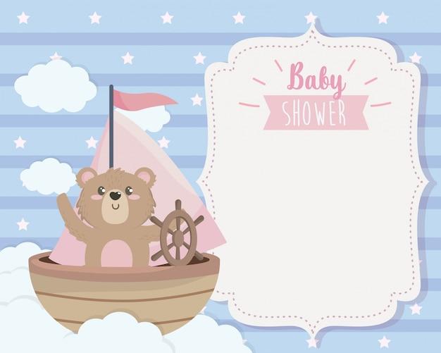 Cartão de urso fofo no navio e nuvens