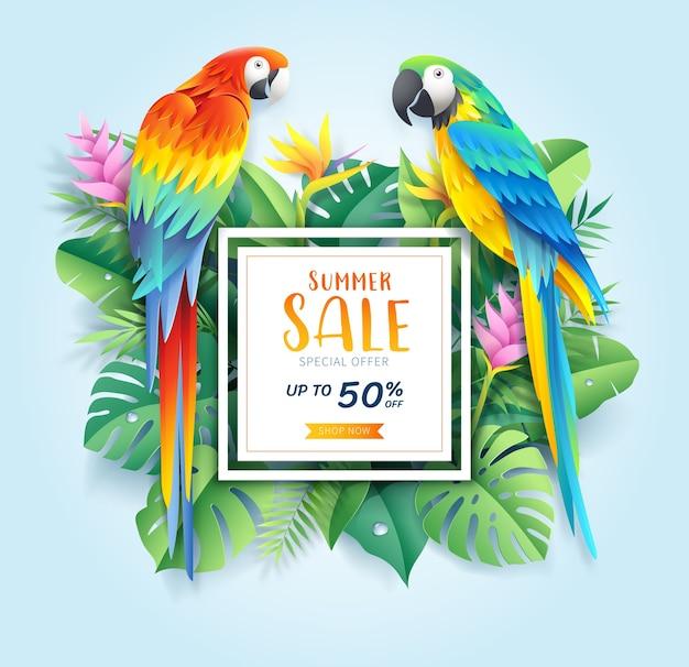 Cartão de venda de verão com arara vermelha e azul em fundo de corte de papel de folha tropical