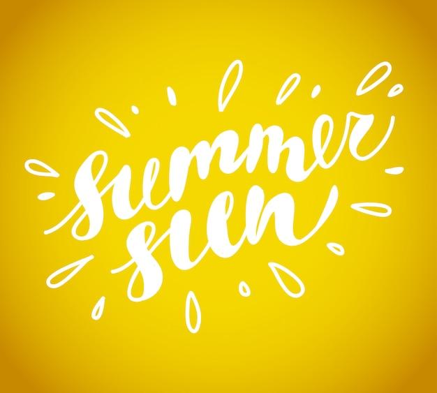Cartão de verão desenhada de mão. letternig, mensagem de texto isolada em fundo amarelo. fonte escrita à mão, abc. desenho a tinta. saudação de verão.