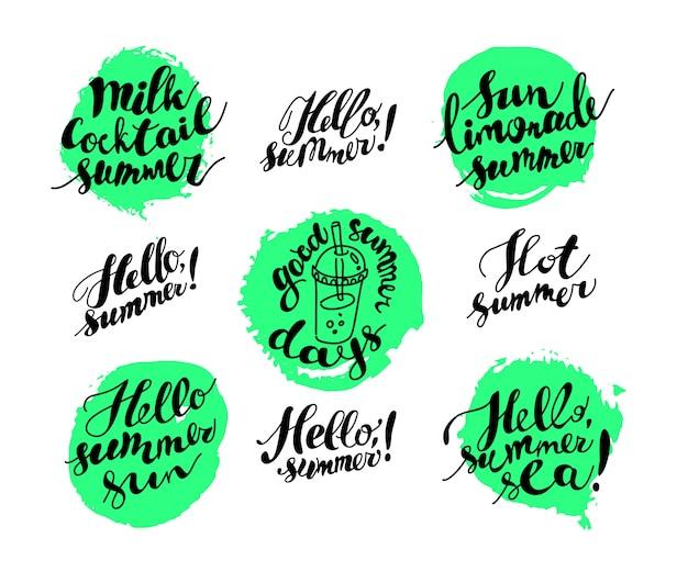 Cartão de verão desenhada de mão. letternig, mensagem de texto isolada no fundo branco. fonte escrita à mão, abc. desenho a tinta. conjunto de saudação de verão.